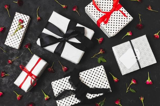 Variedade de presentes com botões de flores