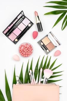 Variedade de produtos de beleza em fundo branco