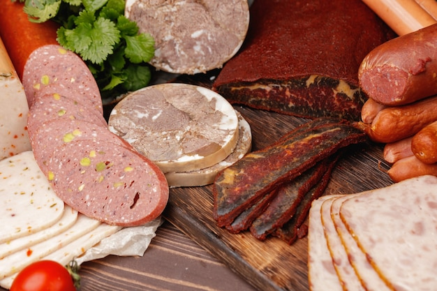 Variedade de produtos de carne e salsicha na mesa
