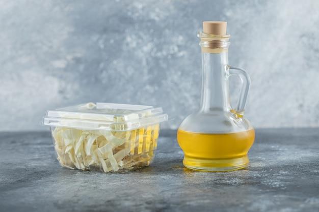 Variedade de produtos lácteos em óleo e queijo de mesa de madeira. foto de alta qualidade