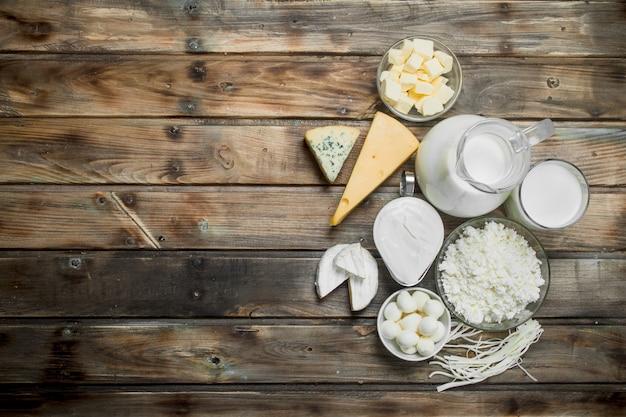 Variedade de produtos lácteos frescos em uma mesa de madeira.