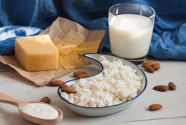 Variedade de produtos lácteos, queijo, leite, creme, queijo cottage. conceito de produtos orgânicos da natureza.