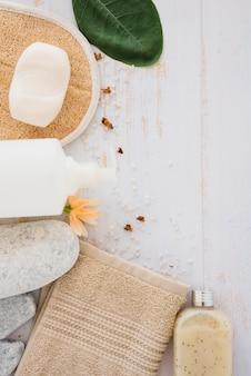Variedade de produtos para o cuidado da pele e do corpo