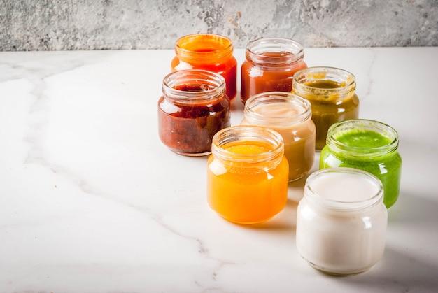 Variedade de purê de frutas e vegetais caseiros para bebês