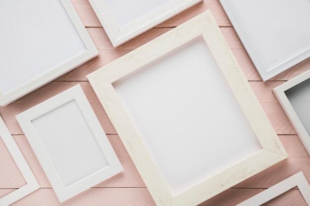 Variedade de quadros minimalistas em fundo de madeira