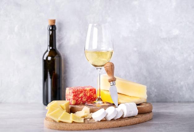 Variedade de queijo de cabra e leite de vaca