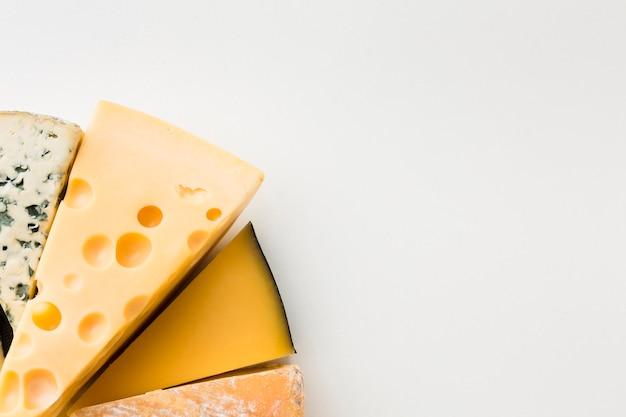 Variedade de queijo gourmet plana leigos com espaço de cópia