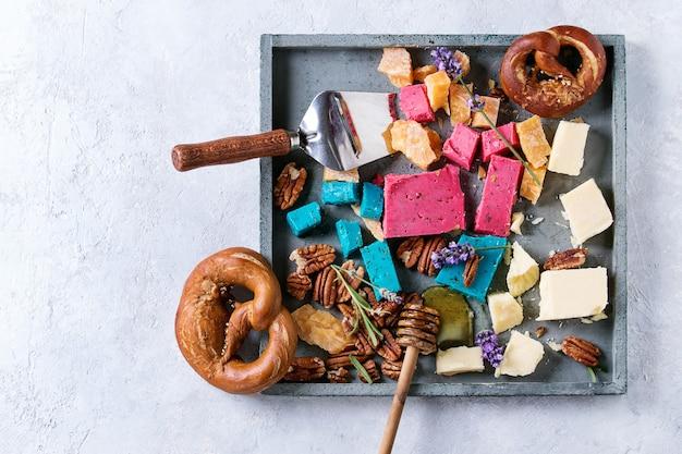 Variedade de queijo holandês colorido