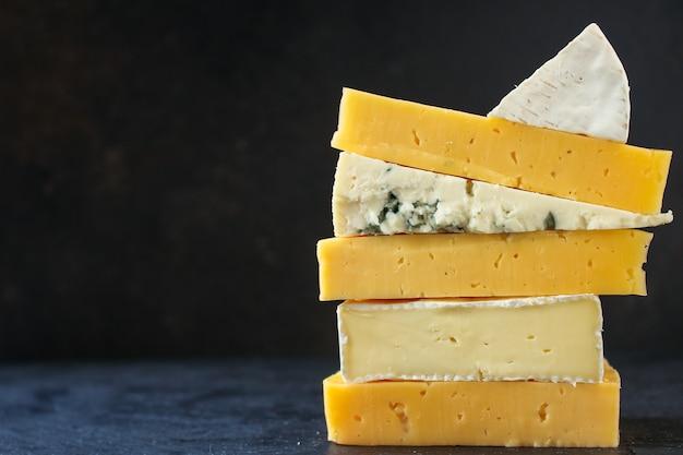 Variedade de queijo (lanche delicioso, diferentes tipos de queijo duro e macio)