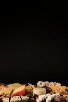 Variedade de queijos contra fundo preto