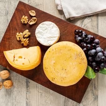 Variedade de queijos saborosos em uma tabela
