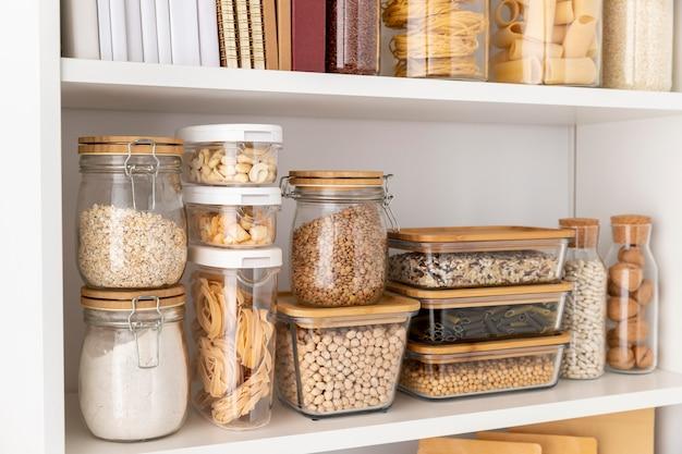 Variedade de recipientes para alimentos nas prateleiras