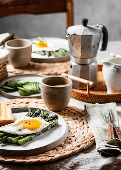 Variedade de refeição deliciosa de café da manhã vista frontal