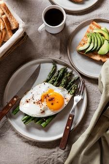 Variedade de refeição deliciosa de café da manhã vista superior