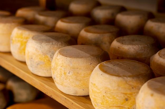 Variedade de rodas de queijo em uma prateleira