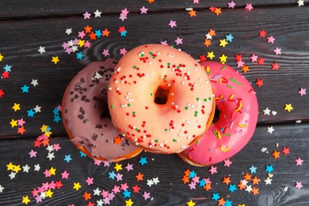 Variedade de rosquinhas coloridas decoradas com confetes coloridos