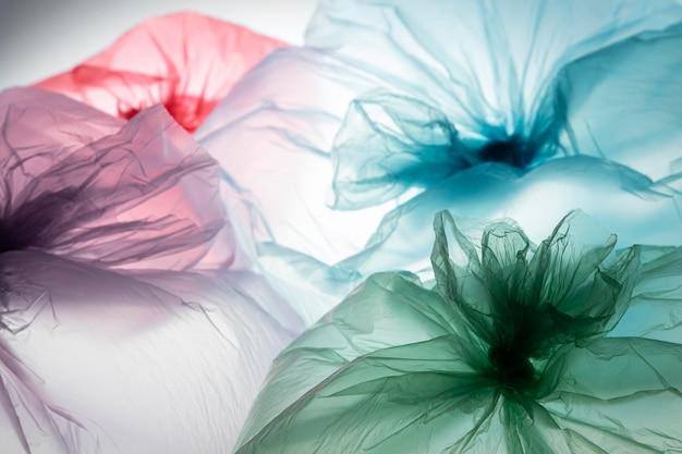 Variedade de sacos plásticos de cores diferentes