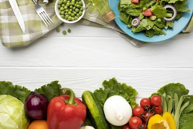 Variedade de salada plana e vegetais frescos