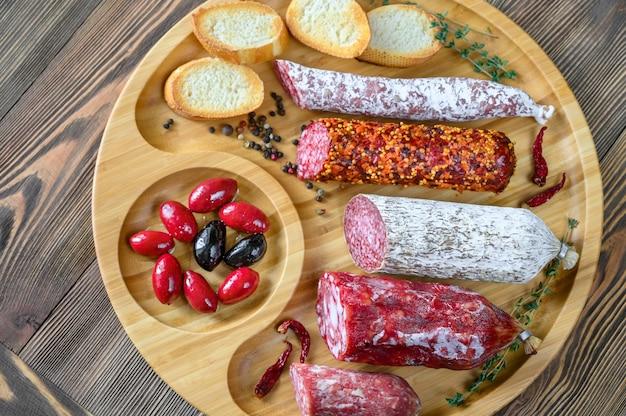 Variedade de salame com aperitivos