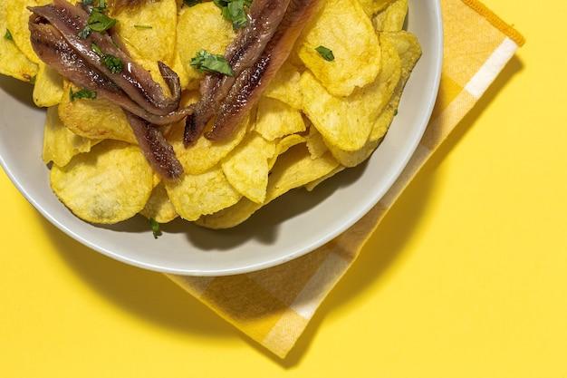 Variedade de salgadinhos de batata, frita, cozida, batata frita e batata frita. com luz do sol