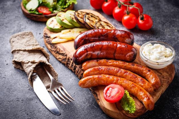 Variedade de salsichas grelhadas e legumes