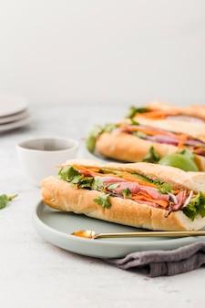 Variedade de sanduíches com presunto