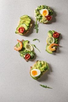 Variedade de sanduíches de abacate