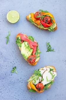 Variedade de sanduíches de croissant servidos com micro verde