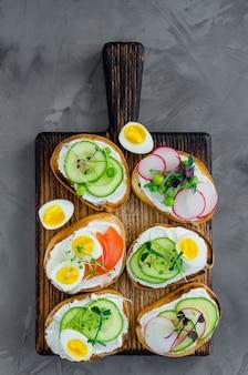 Variedade de sanduíches vegetarianos