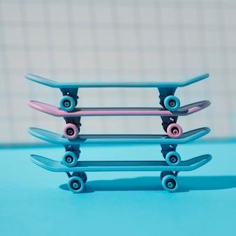 Variedade de skates azuis e rosa
