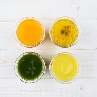Variedade de smoothies naturais sucos vista superior