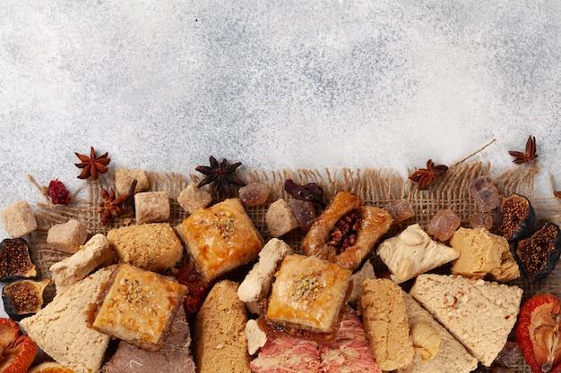 Variedade de sobremesas turcas baklava e halva