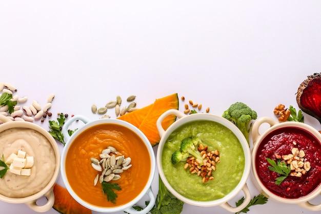 Variedade de sopa de creme de vegetais coloridos com beterraba de brócolis, feijão branco e abóboras