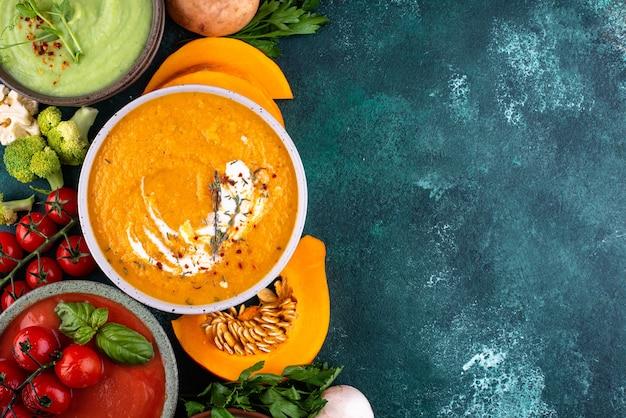 Variedade de sopas de creme de outono de vegetais