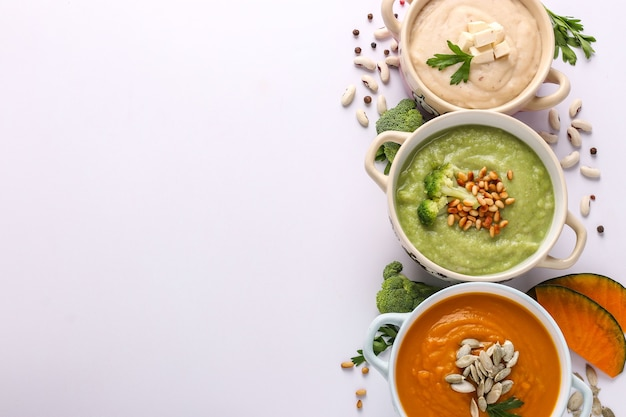 Variedade de sopas de creme de vegetais: com brócolis, feijão branco e abóboras, ingredientes para a sopa, conceito de alimentação saudável, espaço de cópia, orientação horizontal