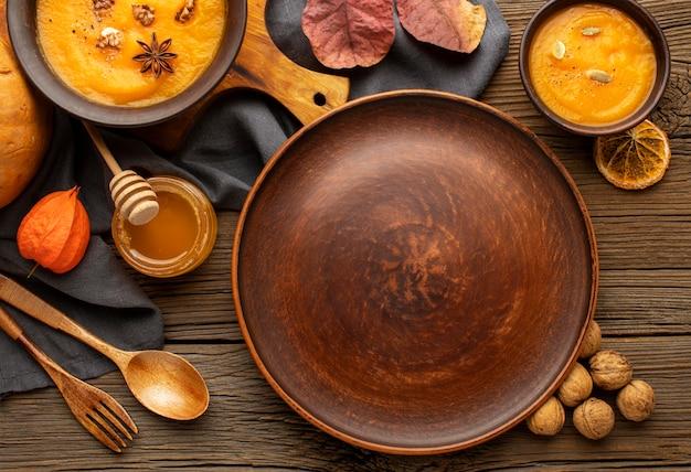 Variedade de sopas de outono e prato vazio