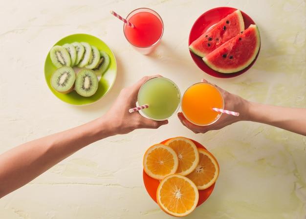 Variedade de suco de frutas e vegetais em copo