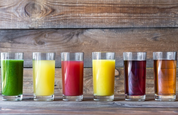 Variedade de sucos de frutas em copos