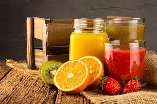 Variedade de sucos de frutas smoothies de frutas