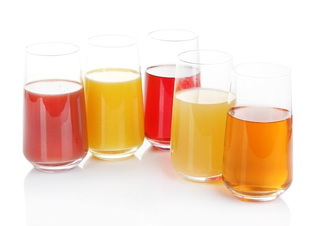 Variedade de sucos em copos, isolados no branco