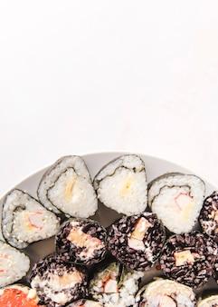 Variedade de sushi com cópia-espaço