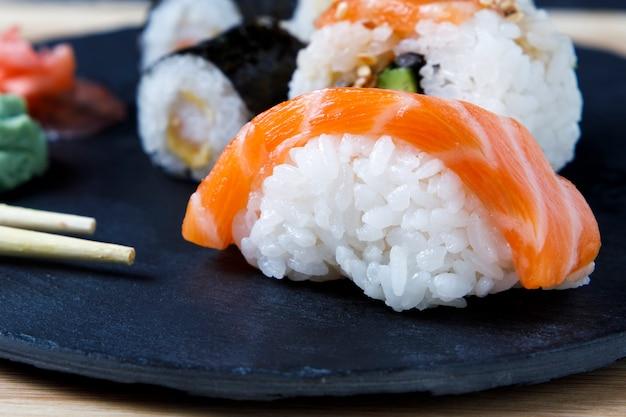 Variedade de sushi com wasabi e dizer souce