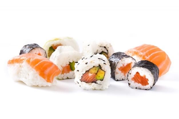 Variedade de sushi isolada na superfície branca