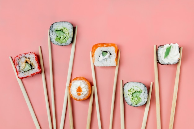 Variedade de sushi japonês tradicional de vista superior