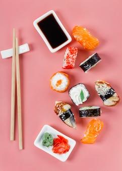 Variedade de sushi japonês tradicional plano