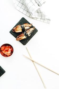 Variedade de sushi na superfície branca