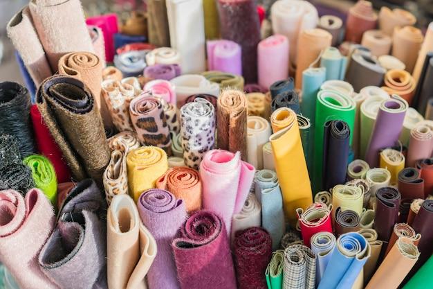 Variedade de tecidos e tecidos naturais. materiais de bricolage para artesanato e scrapbooking. conceito de indústria de costura