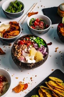 Variedade de tigelas de comida havaiana.