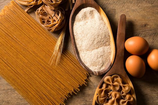 Variedade de tipos e formas de massas e ingredientes integrais italianos secos