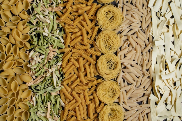 Variedade de tipos e formatos de massas italianas secas
